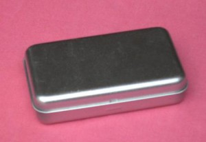 Grössere Metalldose mit Scharnierdeckel ca. 11.6 x 7 x 2,5 cm