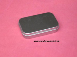 Kleine Metalldose ca. ca. 9,5 X 6 X 2 cm